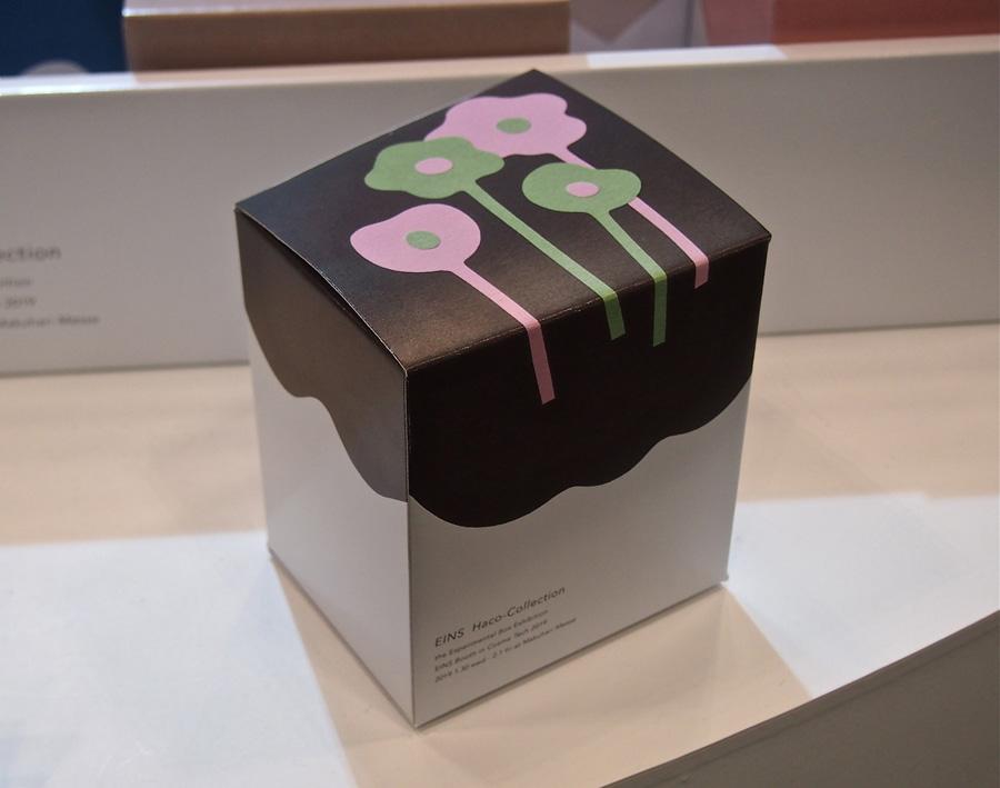 花の切り絵イラストで表現したパッケージの箱