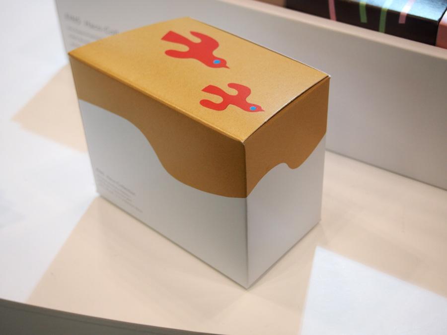 鳥の切り絵イラストで表現したパッケージの箱