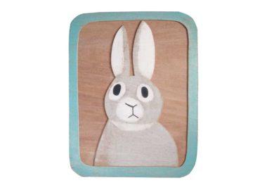 ベニヤにウサギを描いた絵画作品
