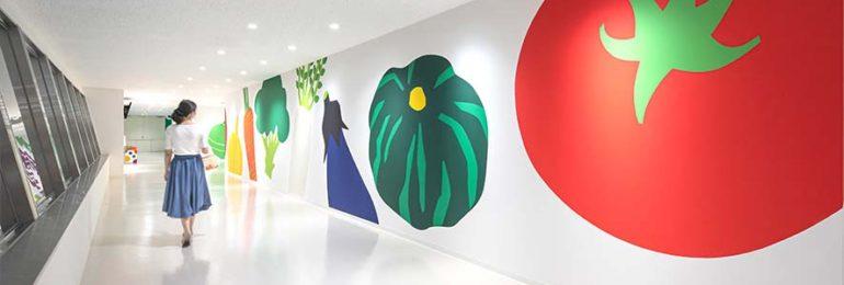カゴメ工場見学通路の壁面に描いた野菜イラスト